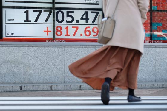 24일 일본 도쿄 시내 증시 전광판. 닛케이 225지수가 상승하고 있음을 알리고 있다. 연합뉴스