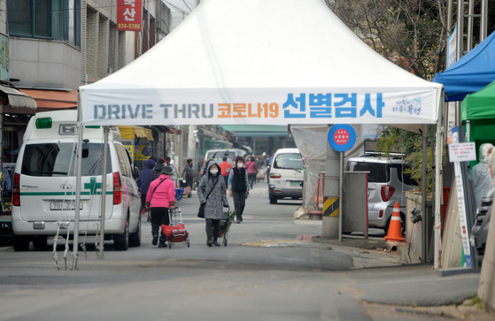 대전 유성구보건소 정문에 마련된 드라이브 스루 선별진료소 앞으로 시민들이 마스크를 착용하고 걸어가고 있다. 프리랜서 김성태