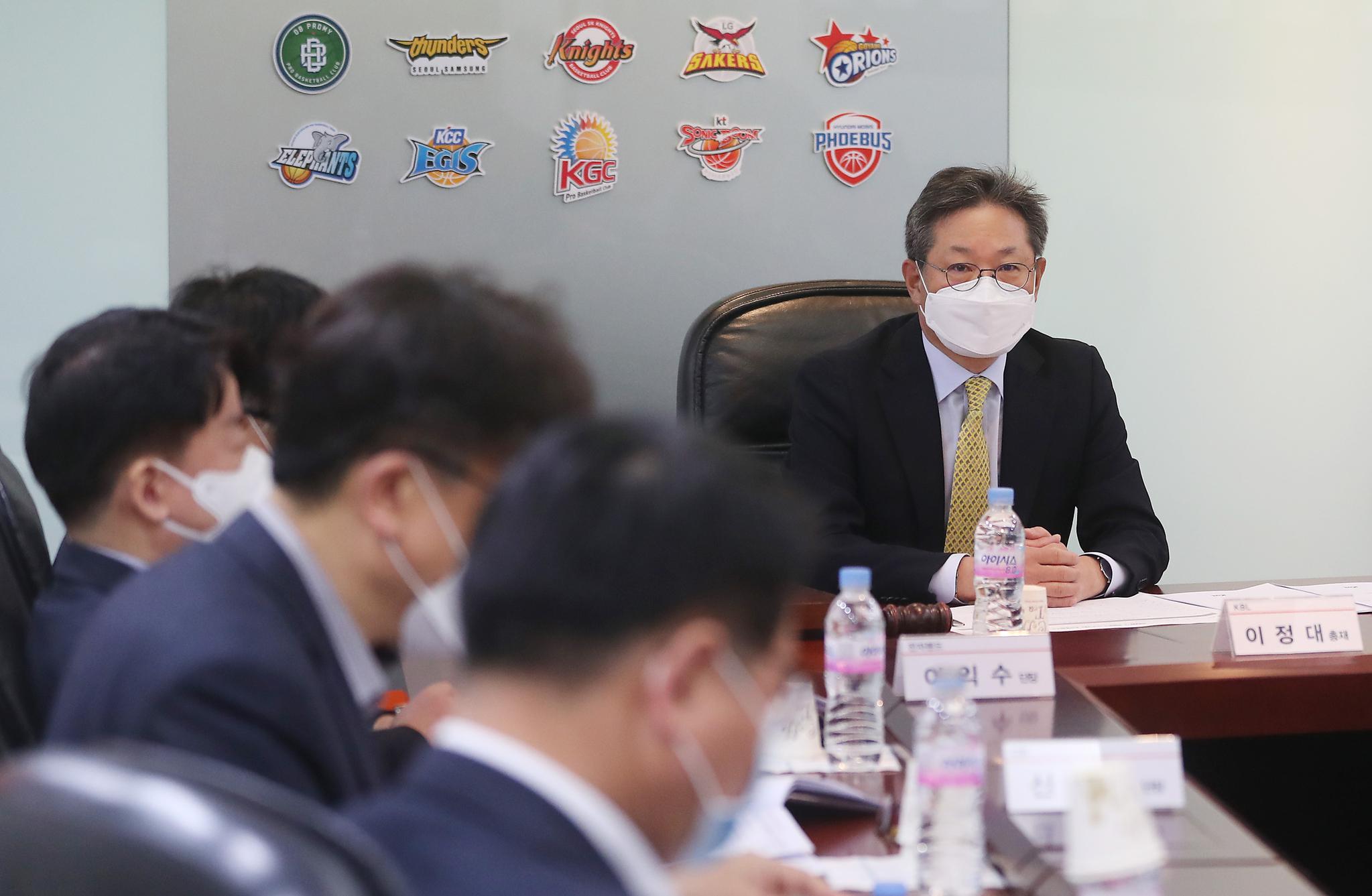 KBL 이정대 총재가 24일 오전 강남구 KBL센터에서 열린 이사회를 주재하고 있다.   KBL은 시즌 조기종료를 결정했다. [연합뉴스]