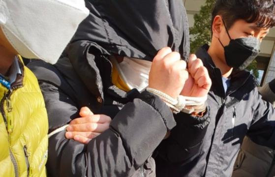 여성들을 협박해 성 착취물을 찍게 하고 이를 텔레그램에서 유포한 혐의로 구속영장이 발부된 조주빈(25)이 압송되고 있다. 연합뉴스