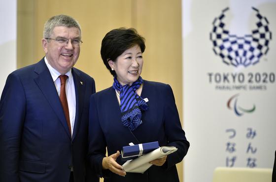 토마스 바흐 IOC위원장(왼쪽)과 고이케 유리코 도쿄도지사. [EPA=연합뉴스]