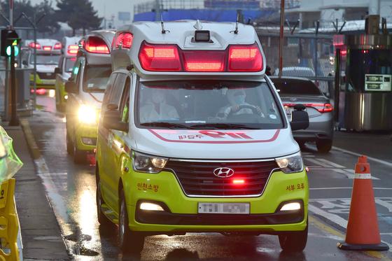 코로나19 의심 환자를 이송하고 있는 119 구급차량. 김성룡 기자