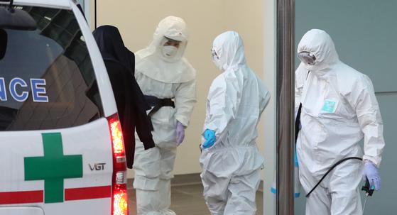 지난달 20일 코로나19 확진자가 제주대병원에 들어간 후 병원 관계자들이 방역을 하고 있다. [연합뉴스]