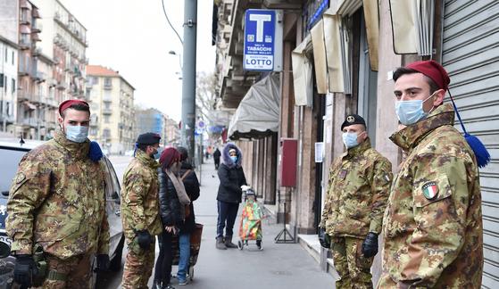 경찰이 곳곳에 배치된 이탈리아 토리노의 모습. 시민들의 움직임을 살피는 데 경찰이 투입됐다. [EPA=연합뉴스]