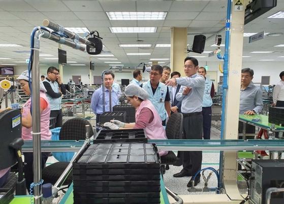 이재용 삼성전자 부회장이 지난 1월 브라질 마나우스 공장을 방문해 생산 상황을 살펴보고 있다. [삼성전자]