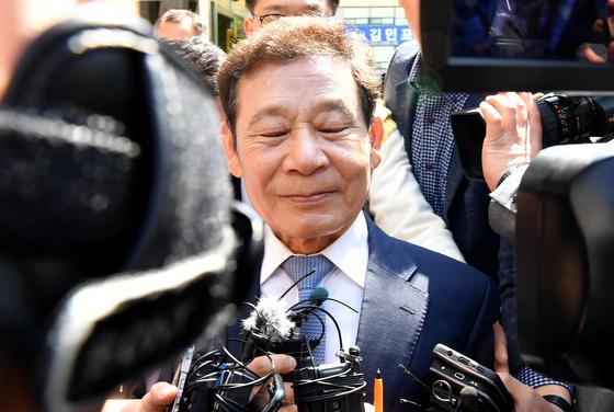 공직선거법 위반 혐의로 기소된 윤장현(70) 전 광주시장이 지난해 5월 10일 1심에서 징역형을 선고받은 뒤 광주지법 법정동을 빠져나오고 있다. 뉴시스