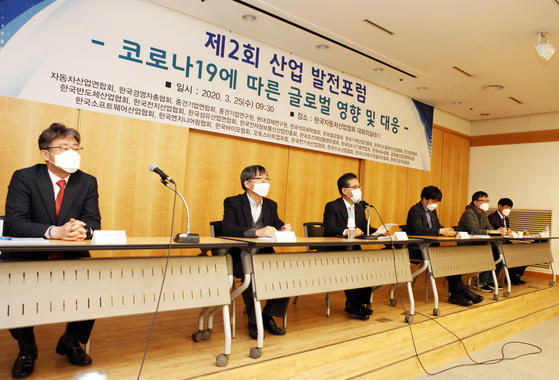 25일 서울 서초동 한국자동차산업협회에서 열린 '코로나19에 따른 글로벌 영향 및 대응' 포럼에서 패널들이 발언하고 있다. 사진 한국자동차산업협회