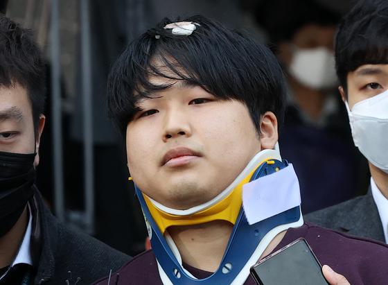'박사방' 운영자 조주빈(25)이 25일 서울 종로구 종로경찰서 유치장에서 나와 검찰로 송치되고 있다. 뉴스1