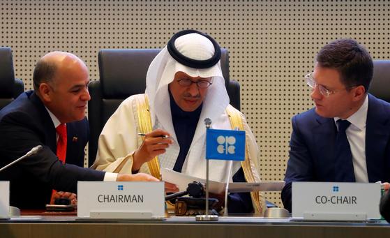 압둘 라지즈 빈 살만 사우디 에너지부 장관(가운데)과 알렉산드르 노박 러시아 에너지부 장관(오른쪽)이 지난해 12월 오스트리아 빈에서 열린 OPEC+ 회의에서 논의하고 있다. 로이터=연합뉴스