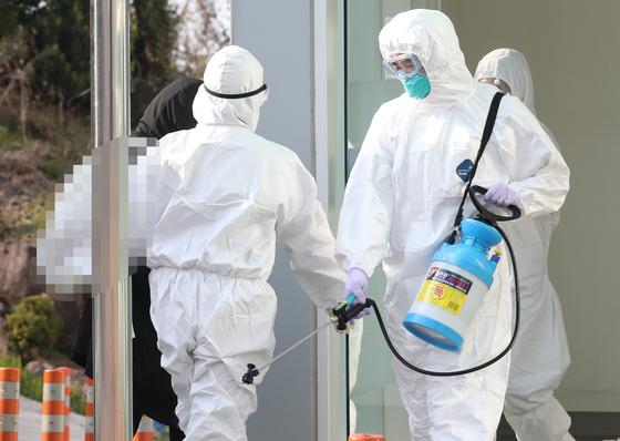 최근 스페인에서 귀국해 24일 제주에서 코로나19 확진 판정을 받은 20대 여성 A씨가 이날 오후 제주대병원 음압병동으로 이송되고 있다. 연합뉴스