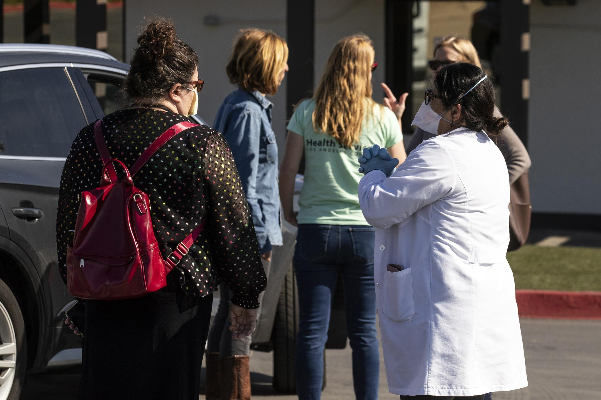 미국 로스앤젤레스(LA) 카운티 보건부 직원들이 격리자들을 임시 수용할 트레일러를 준비하고 있다. EPA=연합뉴스
