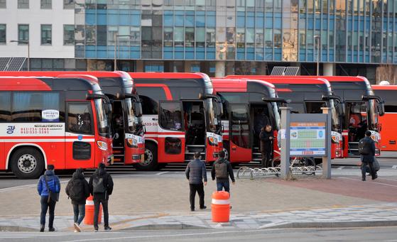 세종청사 공무원들이 수도권 집으로 가기위해 통근버스로 향하고 있다. 프리랜서 김성태