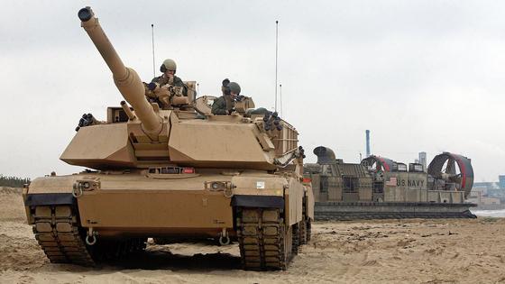 미 해병대가 보유하고 있는 M1 에이브럼스 탱크가 공기부양상륙정(LCAC)에서 내려 해변에 상륙하고 있다. [사진 미 해병대]
