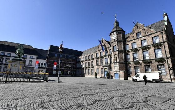 독일 뒤셀도르프의 텅 빈 시청 앞 광장. AP=연합뉴스