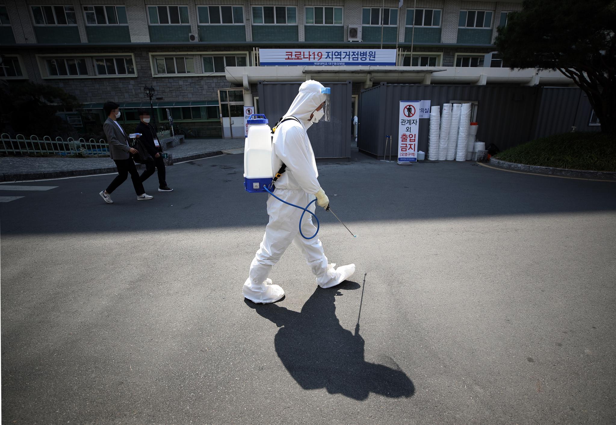 25일 대구시 중구 계명대학교 대구동산병원에서 한 관계자가 방역 작업을 하고 있다. 연합뉴스
