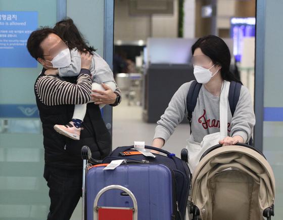 23일 인천국제공항 1터미널에서 미국 샌프란시스코발 여객기 탑승객들이 입국장을 나서고 있다. [뉴스1]