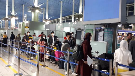 3월 18일(현지시간) 오후 이란 테헤란 이맘호메이니 공항에서 전세기로 귀국하는 이란 교민과 주재원들. [연합뉴스]