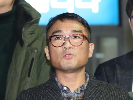 가수 김건모가 지난 1월 15일 서울 강남경찰서에서 피고소인 조사를 마치고 입장을 발표하고 있다. [뉴스1]