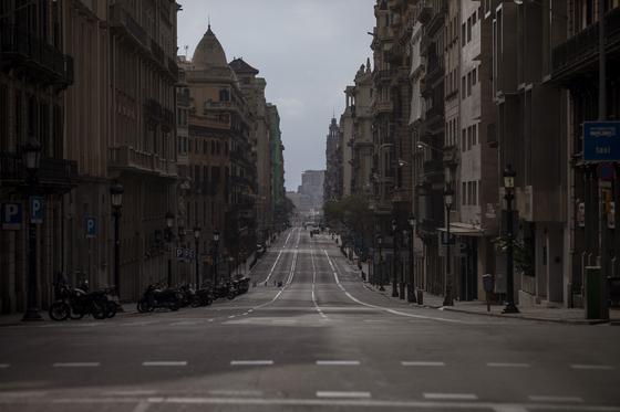 코로나19로 이동 제한령이 내려진스페인 바르셀로나 거리. AP=연합뉴스