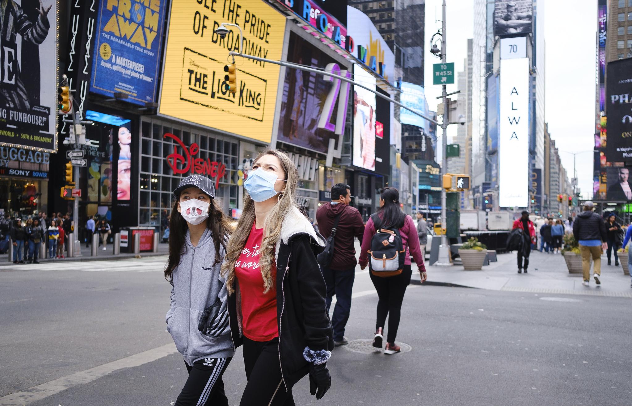 신종 코로나 확산으로 일부 지역 봉쇄령까지 내려진 미국 뉴욕에서 시민들이 마스크를 쓴 채 걷고 있다. EPA=연합뉴스
