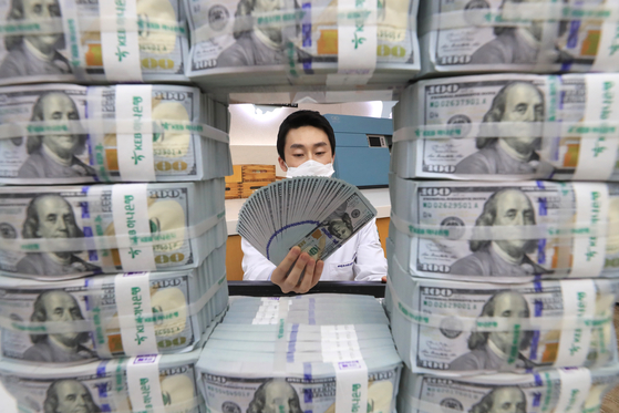 20일 오후 서울 중구 하나은행 위·변조대응센터에서 직원이 미국 달러화를 검수하고 있다. 2020.3.20/뉴스1
