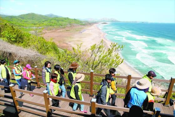 DMZ 평화의길 중 지난해 4월 최초로 개방된 강원도 고성 코스. 멀찍이 해금강이 보인다. 지난해 아프리카돼지열병 확산 탓에 운영을 중단한 상태다. 최승표 기자