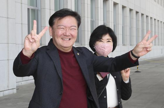 민경욱 미래통합당 의원(왼쪽)이 전날인 24일 오후 국회에서 4·15 총선 공천을 위한 인천 연수을 경선에서 민현주 전 의원을 누르고 승리 한 후 손으로 브이자를 그리며 밝게 웃고 있다. 임현동 기자
