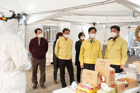 양승조 충남지사(오른쪽 둘째)가 코로나19 선별진료소가 마련된 천안종합운동장을 찾아 근무자를 격려하고 운영상황을 점검하고 있다 [사진 충남도]