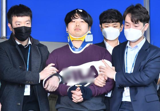 인터넷 메신저 텔레그램에서 미성년자를 포함한 최소 74명의 성 착취물을 제작·유포한 혐의를 받는 '박사방' 운영자 조주빈(25)이 25일 오전 서울 종로구 종로경찰서에서 서울중앙지방검찰청으로 이송되고 있다. [뉴스1]