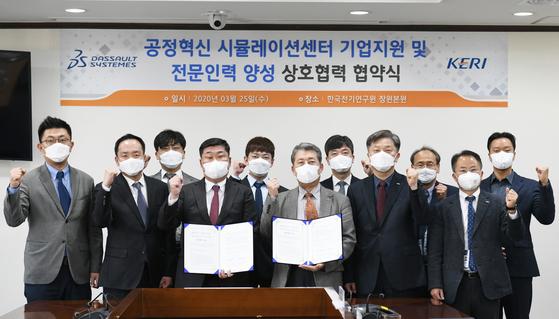 [다쏘시스템코리아(주) 조영빈 대표이사(왼쪽), 한국전기연구원 최규하 원장(오른쪽)을 비롯한 실무자들이 협약 단체사진을 찍고 있다.]