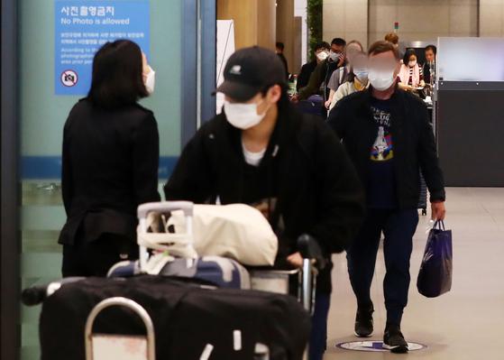 23일 인천국제공항 제1터미널에서 미국 샌프란시스코 발 여객기를 타고 온 입국자들이 입국장을 나서고 있다. [뉴시스]