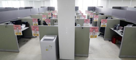 23일 서울 구로구 코리아빌딩에 입주한 콜센터 좌석마다 칸막이가 설치 돼 있다. [뉴스1]