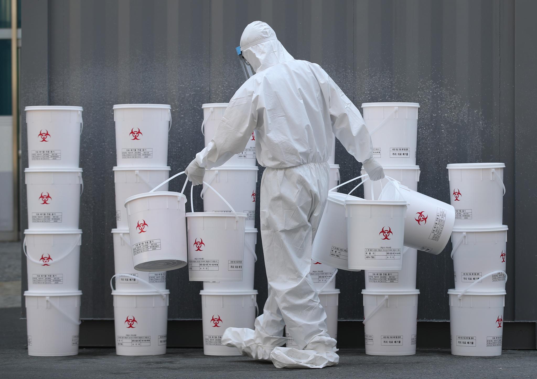 25일 오전 대구시 중구 계명대학교 대구동산병원에서 한 관계자가 의료폐기물을 정리하고 있다. 연합뉴스