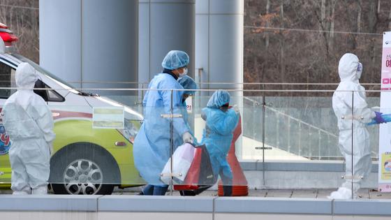 광주광역시 남구 빛고을전남대병원에 도착한 대구 지역 코로나19 확진자들이 빠른 걸음으로 병원 안으로 들어가고 있다. 프리랜서 장정필
