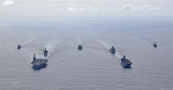지난 24일 필리핀해에서 해상 훈련 중인 미 해군의 핵추진 항공모함인 시어도어 루스벨트함(CVN 71ㆍ앞줄 왼쪽), 강습상륙함인 아메리카함(LHA 6ㆍ오른쪽),  [미 해군]