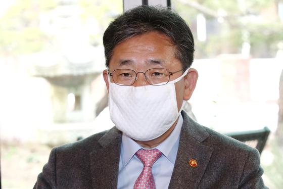 25일 서울 종로구 토탈미술관을 방문했던 박양우 문체부 장관. 연합뉴스