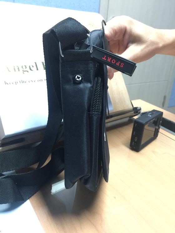 고소득을 미끼로 몰래 카메라를 160만원에 불법으로 판매한 파파라치 학원이 적발됐다. 어깨끈으로 매는 가방에 카메라가 내장된 형태의 중국산 제품으로 원가는 6만원인 것으로 조사됐다. [사진 서울시]