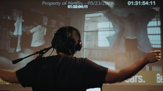넷플릭스가 현재 더빙해서 제공하는 콘텐트는 총 1만 시간 이상, 30개여개 언어나 된다. 더빙 성우들이 오리지널 화면을 보며 스튜디오에서 녹음하는 모습. 사진 넷플릭스