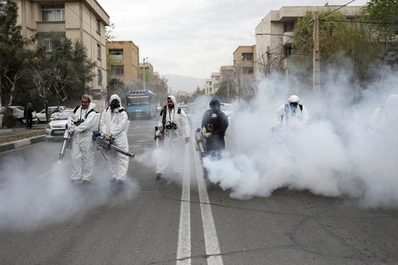 이란의 방역 담당자들이 이란 테헤란 거리를 소독하고 있다. [로이터=연합뉴스]