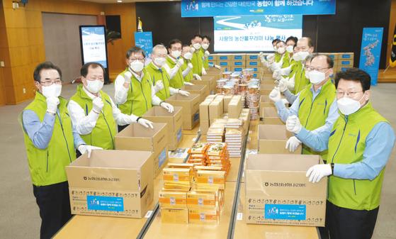 농협금융은 지난 11일 코로나19 피해로 어려움을 겪는 대구·경북지역을 위한 '사랑의 농산물꾸러미' 나눔 행사를 가졌다. [사진 NH농협금융지주]