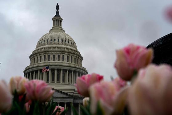 25일(현지시간) 미국 상원은 코로나19 대응을 위한 긴급 구호 경기부양 패키지 법안을 만장일치로 통과시켰다. [AFP=연합뉴스]