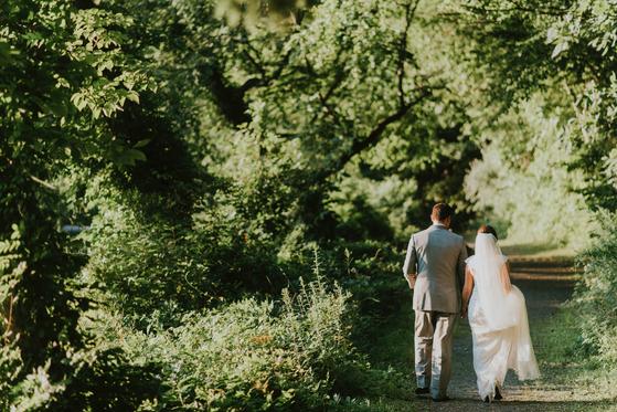 코로나19로 인해 아주 친한 사람만 초대하는 소규모 야외 결혼식이 주목받고 있다. 사진 unsplash