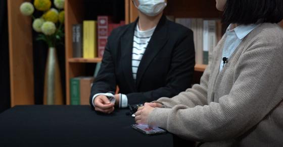 25일 밀실팀과 인터뷰 중인 대학생 취재단 '추적단 불꽃'의 모습. 정유진 인턴
