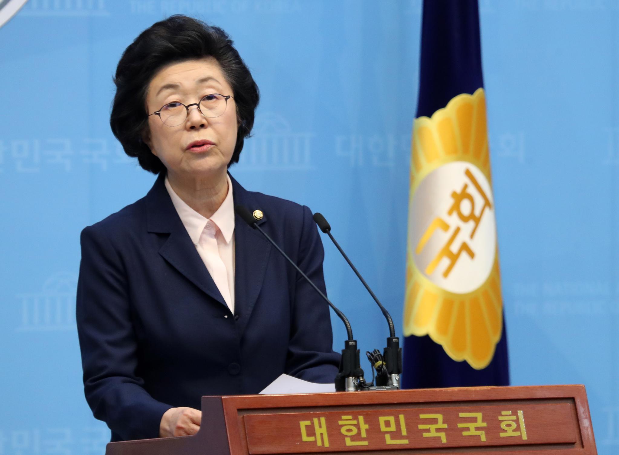 이은재 미래통합당 의원이 지난 23일 오후 서울 여의도 국회 소통관 기자회견장에서 미래통합당 탈당을 밝히는 기자회견을 하고 있다. 이 의원은 미래통합당을 탈당해 전광훈 목사가 이끄는 기독자유통일당으로 입당한다고 밝혔다. 뉴스1