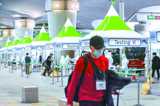 26일 오후 인천국제공항 제2터미널 옥외공간에 설치된 개방형 선별진료소(오픈 워킹스루)에서 영국 런던발 여객기를 타고 입국한 무증상 외국인들이 신종 코로나바이러스 감염증(코로나19) 진단검사를 받은 뒤 진료소를 나서고 있다.인천국제공항 1,2 터미널에 각각 8개씩 설치된 개방형 선별진료소는 유럽발 입국 외국인과 미국발 단기체류 외국인을 대상으로 운영되며, 하루 최대 2천명 정도를 검사할 예정이다.뉴스1