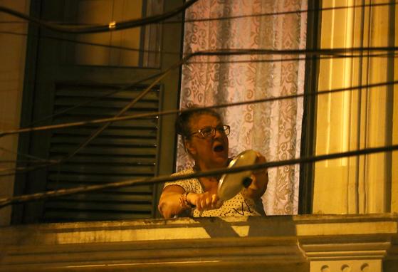 브라질에서는 시민들이 발코니에 나와 냄비를 두드리는 '냄비 시위'가 이어지고 있다. [로이터=연합뉴스]