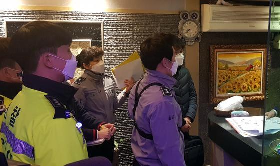 지난 25일 저녁 대전 유성구 한 다중이용 시설에서 경찰과 구청 합동점검반이 신종 코로나바이러스 감염증(코로나 19) 확산 방지를 위한 업소 운영실태를 살피고 있다. 연합뉴스
