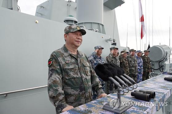 군복 차림의 시진핑 중국 국가주석이 지난 2018년 4월 12일 남중국해에서 열린 해상열병식을 사열하고 있다. 시 주석은 대만 통일의 의지를 숨기지 않고 있다. [연합뉴스]