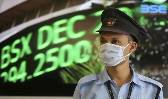 지난 16일(현지시간) 인도 봄베이 증권거래소(BSE)에 마스크를 낀 경비원이 서 있다. [연합뉴스]