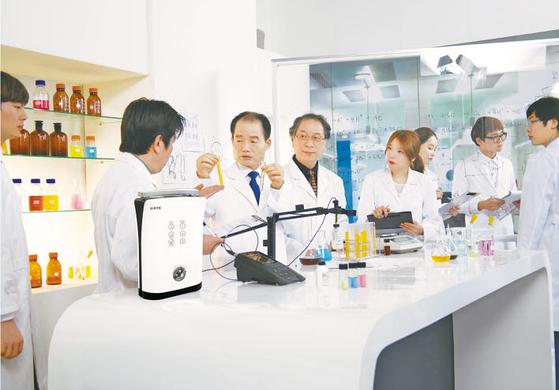 김영귀 대표(왼쪽 둘째)가 KYK과학기술연구소에서 수소제품을 살펴보고 있다. 김 대표는 40년간 물 과학 연구에 매진하며 실용적인 수소 제품을 개발해 왔다. [사진 KYK김영귀환원수]